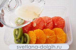 нарезать фрукты для низкокалорийного десерта