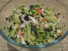 Салат из капусты с крабовым