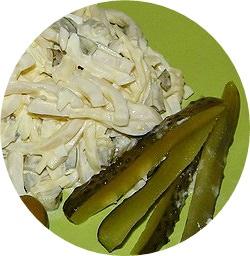 Салат с кальмаром и соленым огурцом