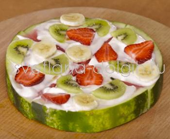 Выложить фрукты на арбуз