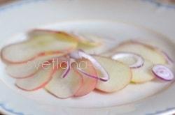 Десерт из персиков с сыром и луком