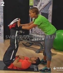 поднимание ног вверх, упражнение с партнером