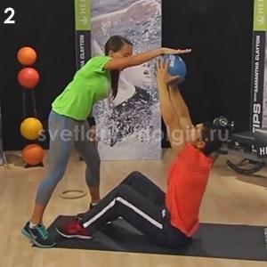 упражнение на пресс с мячом и партнером